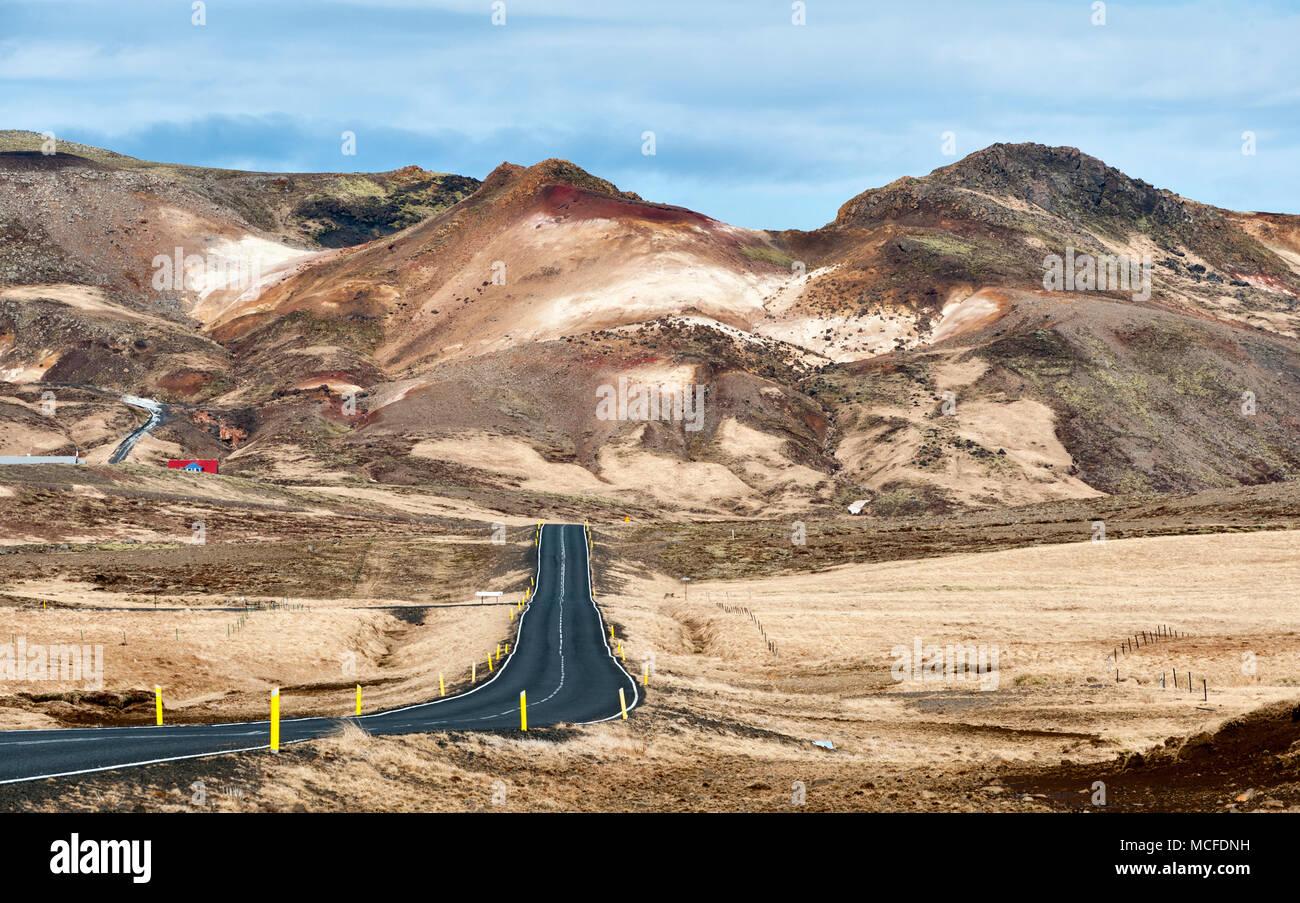 Cerca de Krýsuvík en la península de Reykjanes, Islandia. Los depósitos minerales de color muy por encima de las colinas de la zona geotermal de Seltún activo Imagen De Stock