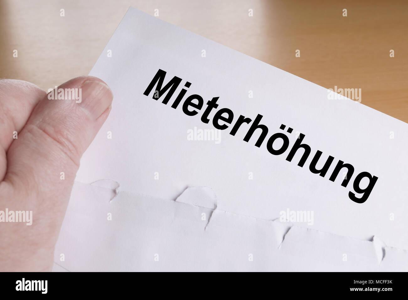Es Mieterhöhung alemán para aumento de alquiler, mano sosteniendo carta Imagen De Stock