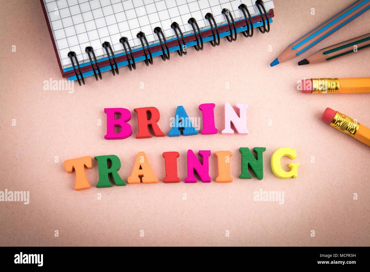 Brain Training. Letras de madera sobre el escritorio de la oficina Foto de stock