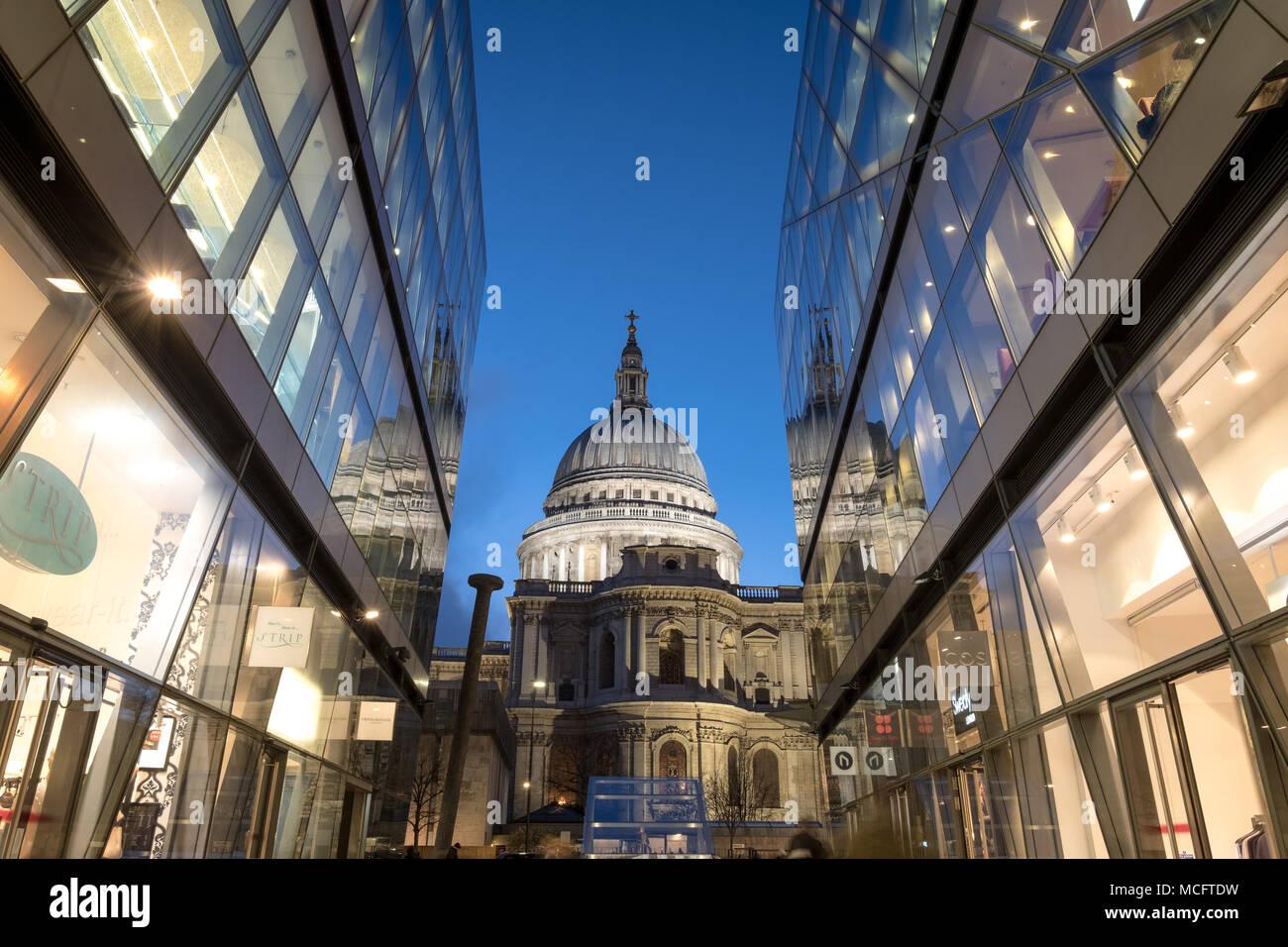 Vista de la cúpula de la Catedral de St Paul. Fotografiado en hora azul de un nuevo cambio, Londres, Reino Unido Foto de stock