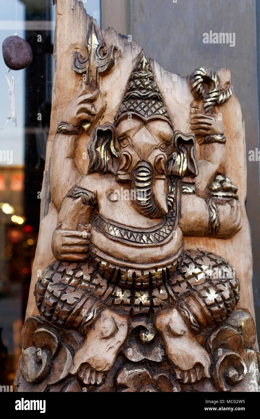 Talla de madera de Tailandia del dios con cabeza de elefante hindú Ganesh o Señor Ganesha, generalmente conocido como Phra Phikanet en Tailandia Foto de stock