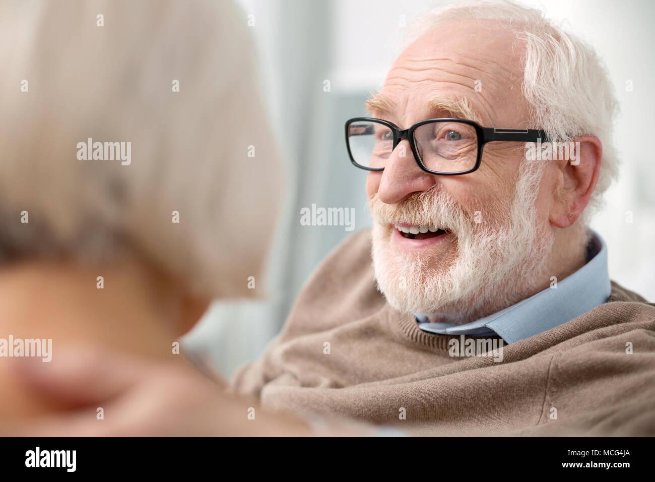 Retrato de un hombre anciano encantado Foto de stock