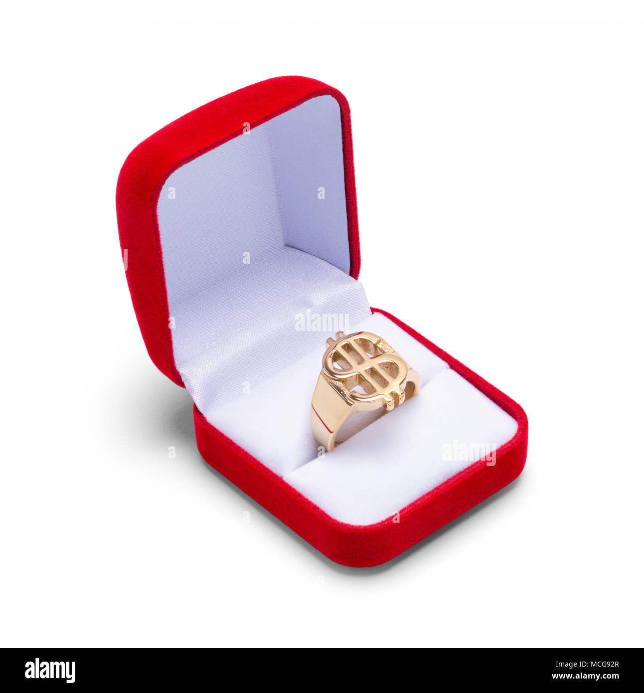 Joyero abierto rojo con anillo de oro aislado sobre fondo blanco. Imagen De Stock