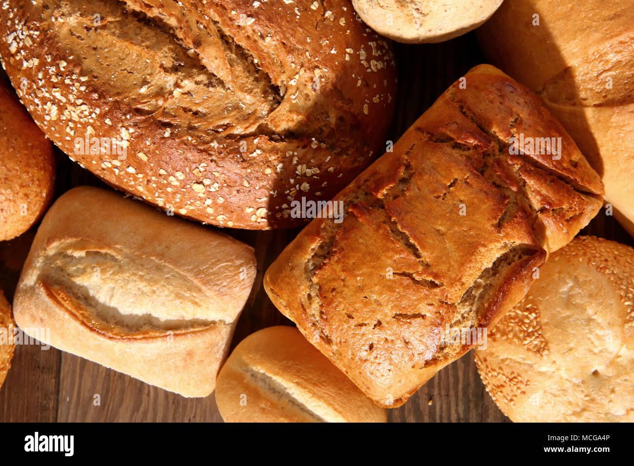 Panes y bollos en la actualidad ocurren en muchos tipos y formas, no sólo en Polonia, sino en todo el mundo. Imagen De Stock