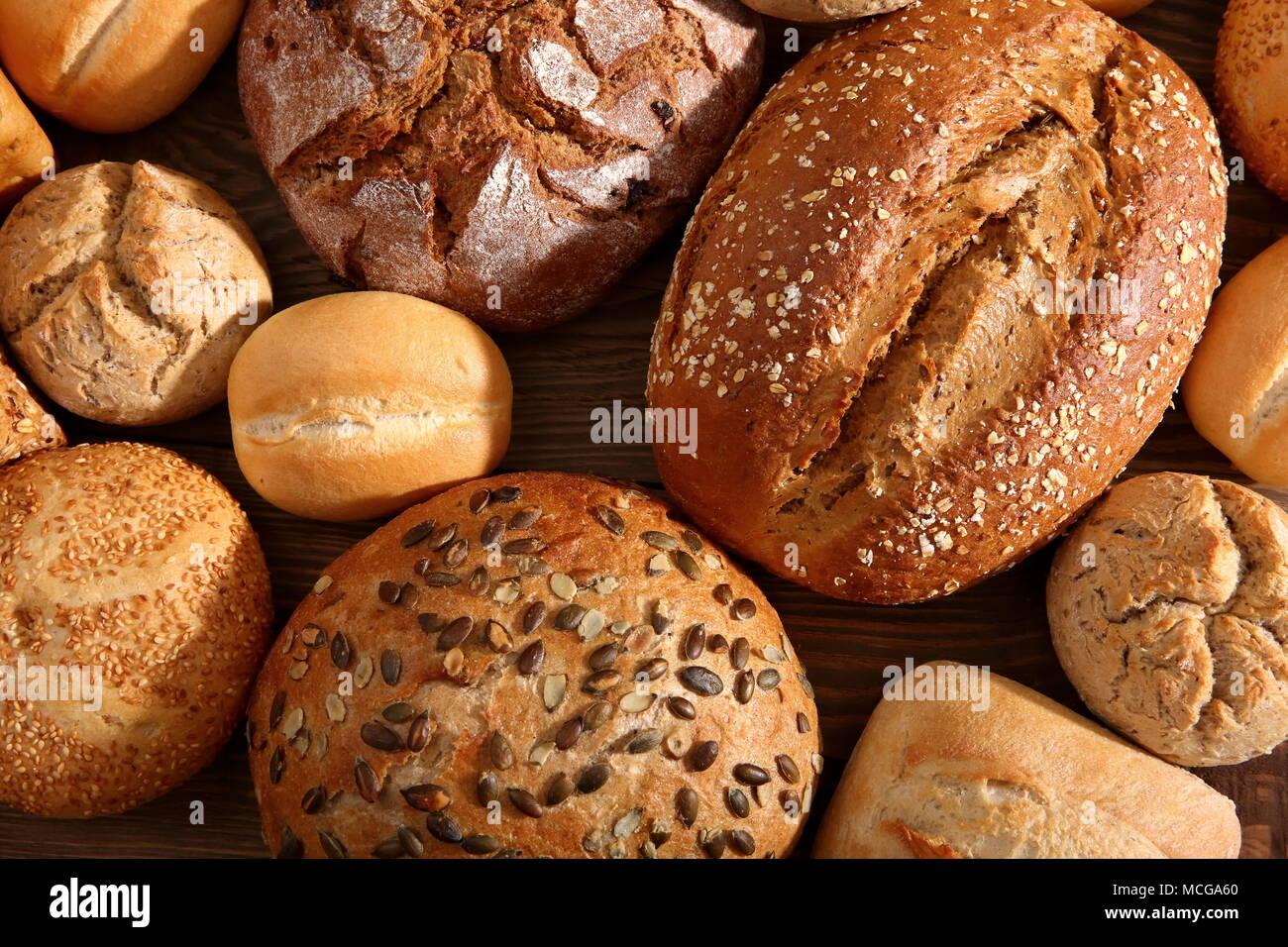 Panes y bollos son muchos tipos de pan, sabores y formas que se pueden encontrar en panaderías y tiendas de comestibles no sólo en Polonia, sino en todo el mundo. Imagen De Stock