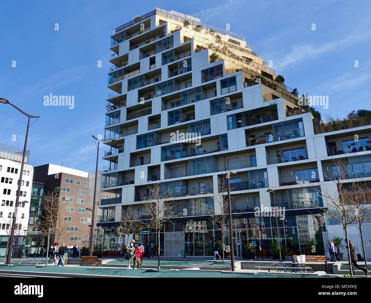 La gente paseando en un moderno edificio en el distrito 13, la parte sureste de la ciudad, París, Francia. Imagen De Stock