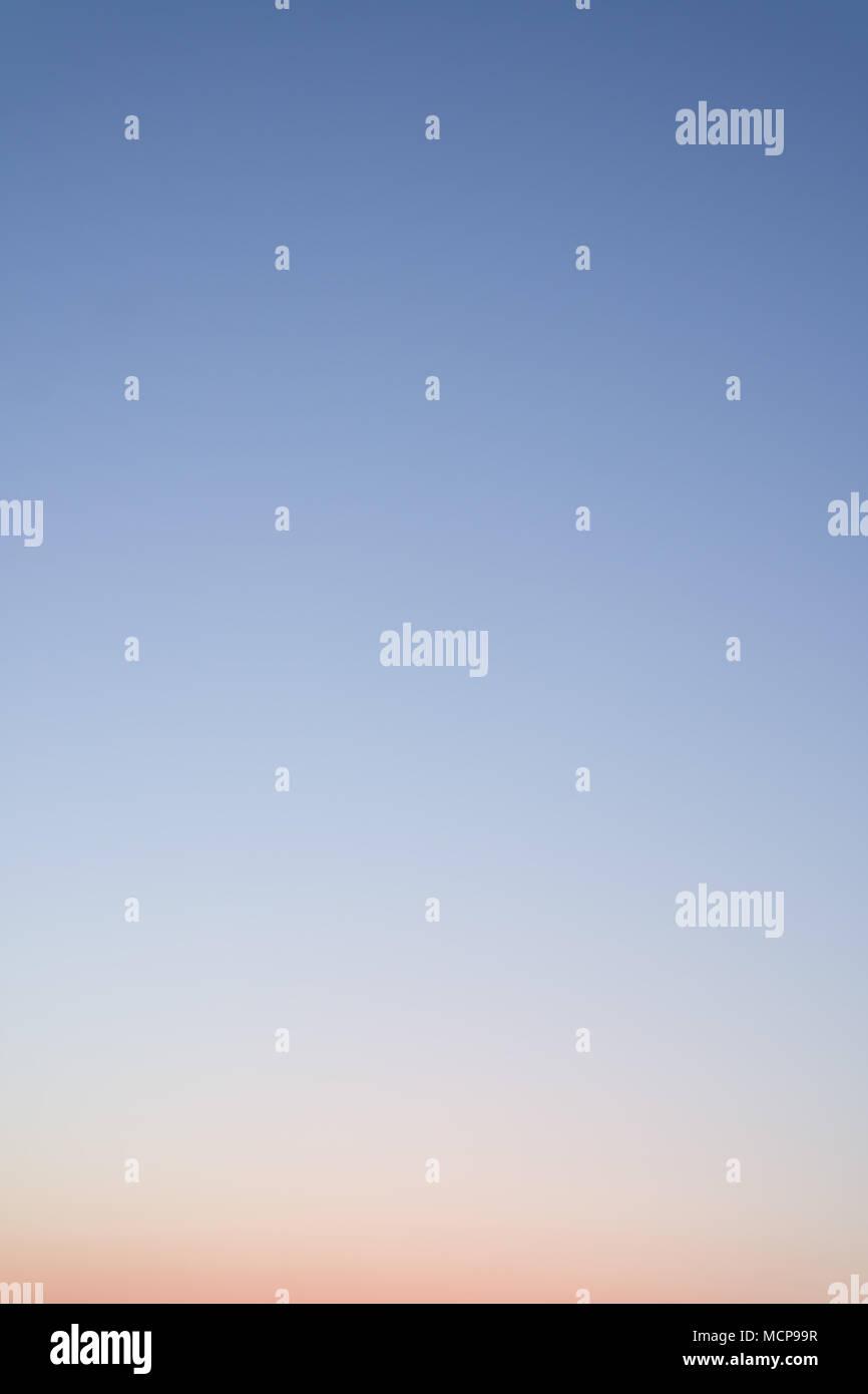 Claro cielo nocturno sin nubes. Fondo del Cielo o degradado. Imagen De Stock