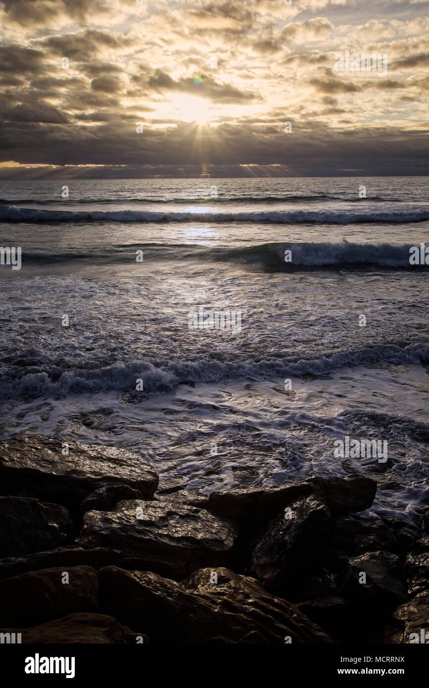 Puesta de sol en la región de la costa oeste de la Isla del Sur, Nueva Zelanda Foto de stock