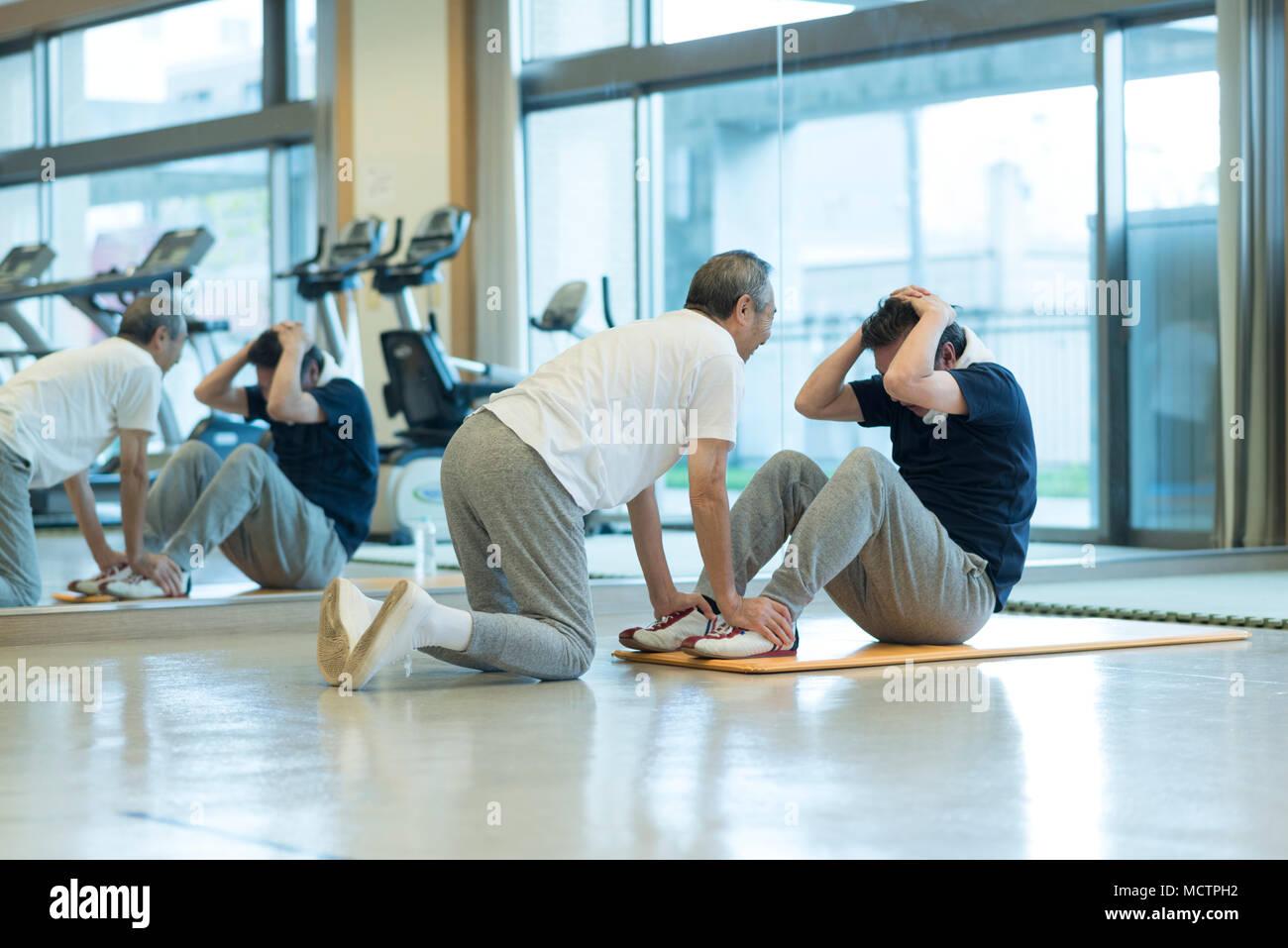 Ejercitar los músculos del abdomen superior de hombre Imagen De Stock