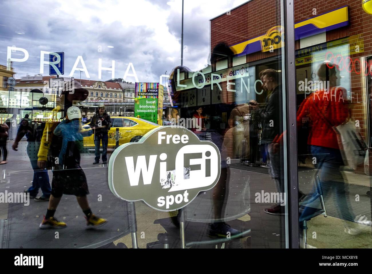 Estación de autobuses Florenc Praga reflexión sobre el cristal de la puerta, Wi Fi in situ logo, República Checa Imagen De Stock