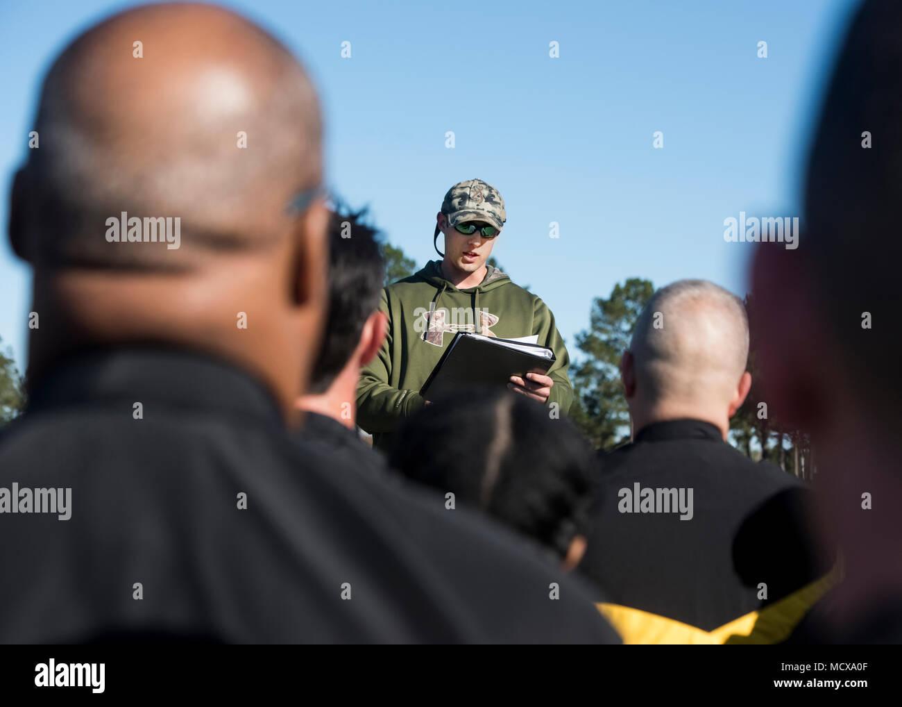 Entrenador Jacob Crouch con la Guardia Nacional de Carolina del Sur Programa de Acondicionamiento Físico demuestra el proyecto de prueba de Preparación de combate del Ejército (ACRT) en el Centro de Formación, Eastover McCrady, Carolina del Sur, el 4 de marzo, 2018. (Ee.Uu. Foto de la Guardia Nacional del Ejército por el sargento. Brian Calhoun, 108º destacamento de Asuntos Públicos) Imagen De Stock