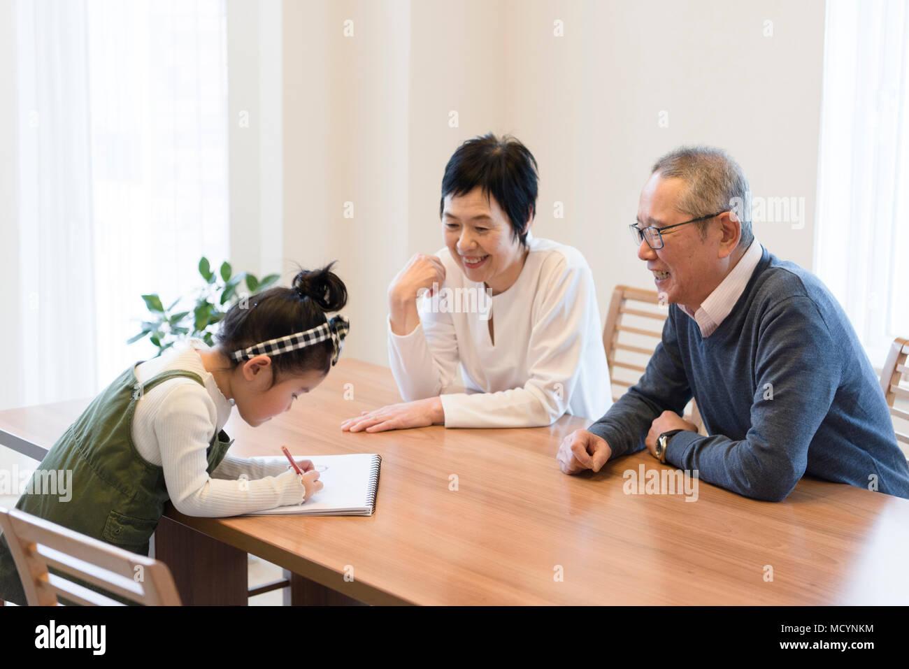 Los abuelos mirando nieto dibujo Imagen De Stock