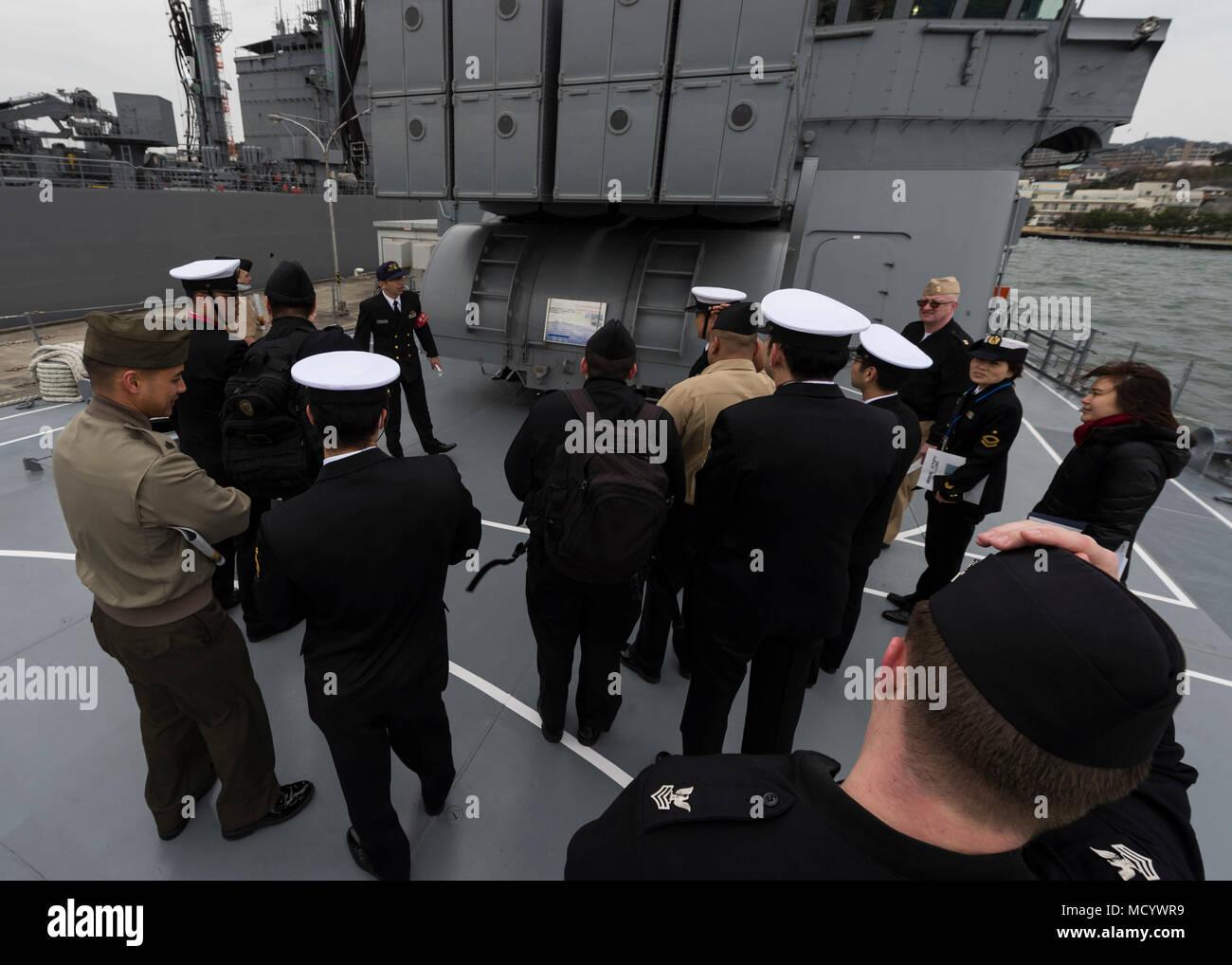 180307-N-LG762-038 Yokosuka, Japón (Mar. 7, 2018), los participantes del continuum de Liderazgo para Suboficiales bilaterales tour la fuerza de autodefensa marítima de Japón (JMSDF) buque JS Yuugiri (DD 153). El continuo es un evento de capacitación enfocada en el desarrollo de peer-to-peer, la intervención de apoyo, habilidades y técnicas de liderazgo compartido entre las Fuerzas Armadas de los Estados Unidos y la JMSDF. (Ee.Uu. Navy photo by Mass Communication Specialist 2nd Class Zhiwei tan/liberado) Imagen De Stock
