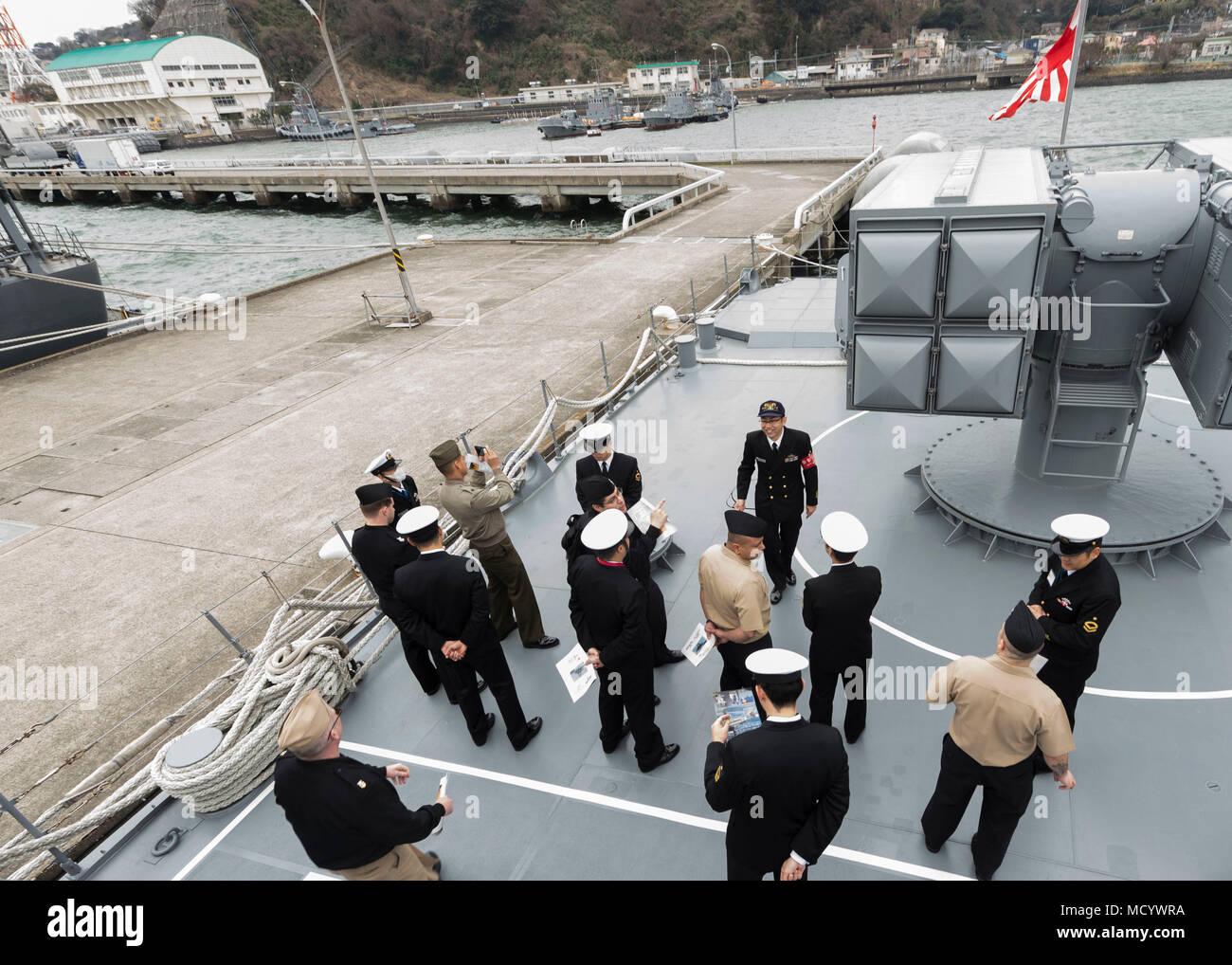 180307-N-LG762-082 Yokosuka, Japón (Mar. 7, 2018), los participantes del continuum de Liderazgo para Suboficiales bilaterales tour la fuerza de autodefensa marítima de Japón (JMSDF) buque JS Yuugiri (DD 153). El continuo es un evento de capacitación enfocada en el desarrollo de peer-to-peer, la intervención de apoyo, habilidades y técnicas de liderazgo compartido entre las Fuerzas Armadas de los Estados Unidos y la JMSDF. (Ee.Uu. Navy photo by Mass Communication Specialist 2nd Class Zhiwei tan/liberado) Imagen De Stock