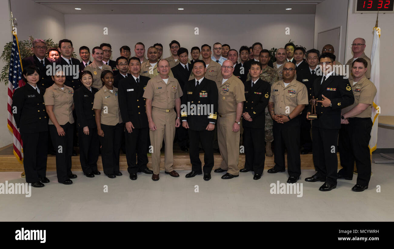 180307-N-LG762-132 Yokosuka, Japón (Mar. 7, 2018), los graduados, los altos directivos y el personal de la Transición de Liderazgo para Suboficiales bilaterales posan para una foto de graduación. El continuo es un evento de capacitación enfocada en el desarrollo de peer-to-peer, la intervención de apoyo, habilidades y técnicas de liderazgo compartido entre las Fuerzas Armadas de los Estados Unidos y la JMSDF. (Ee.Uu. Navy photo by Mass Communication Specialist 2nd Class Zhiwei tan/liberado) Imagen De Stock