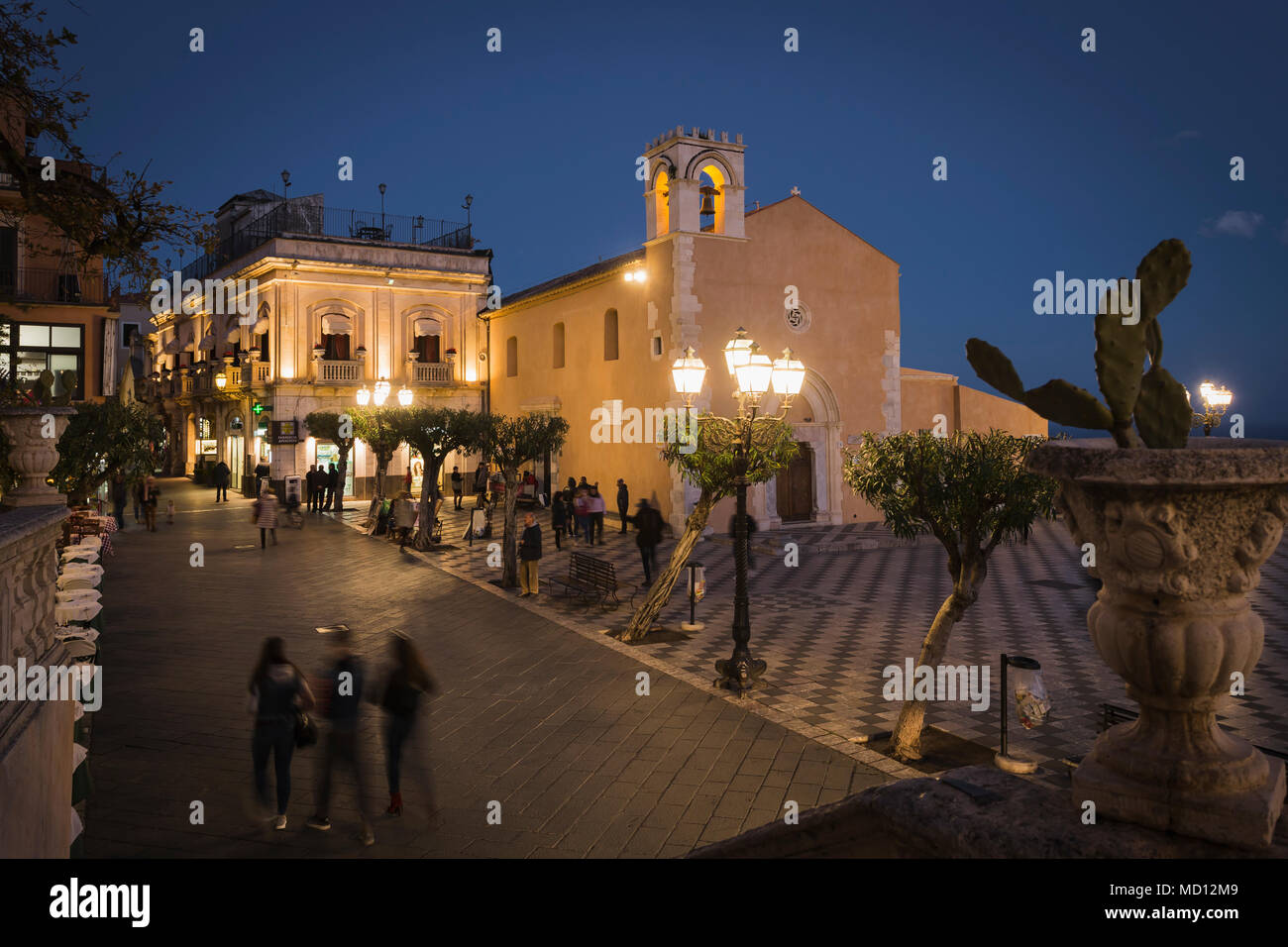 Piazza IX Apeile square y Corso Umberto I en Taormina, Sicilia. Imagen De Stock