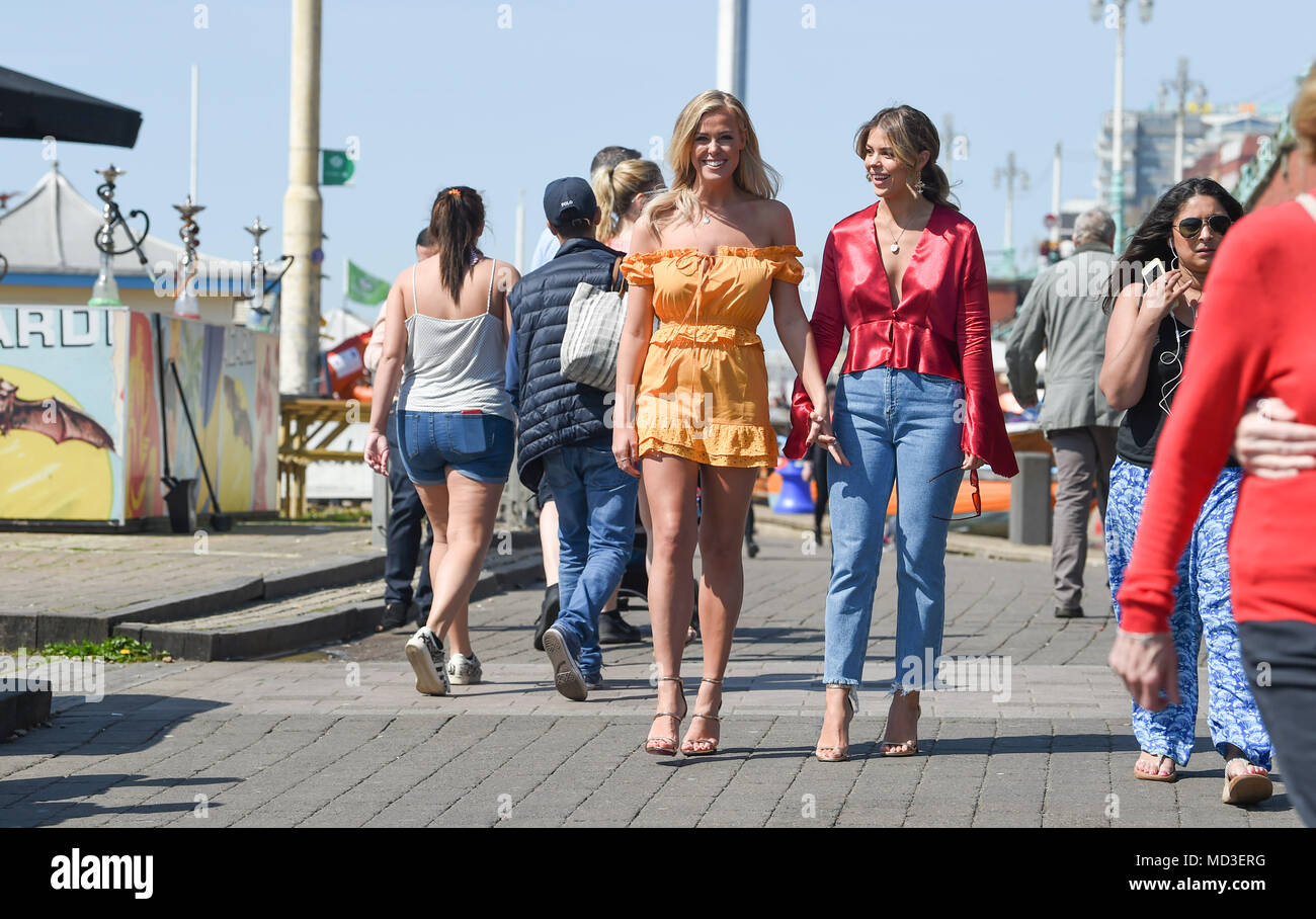 Brighton, Reino Unido el 18 de abril de 2018 - Chloe Meadows (izquierda) y Chloe Lewis, dos de las estrellas del reality show de la única manera es Essex disfrutando de un paseo a lo largo de Brighton Seafront como película en el Bar Shooshh en sol hoy Credit: Simon Dack/Alamy Live News Imagen De Stock