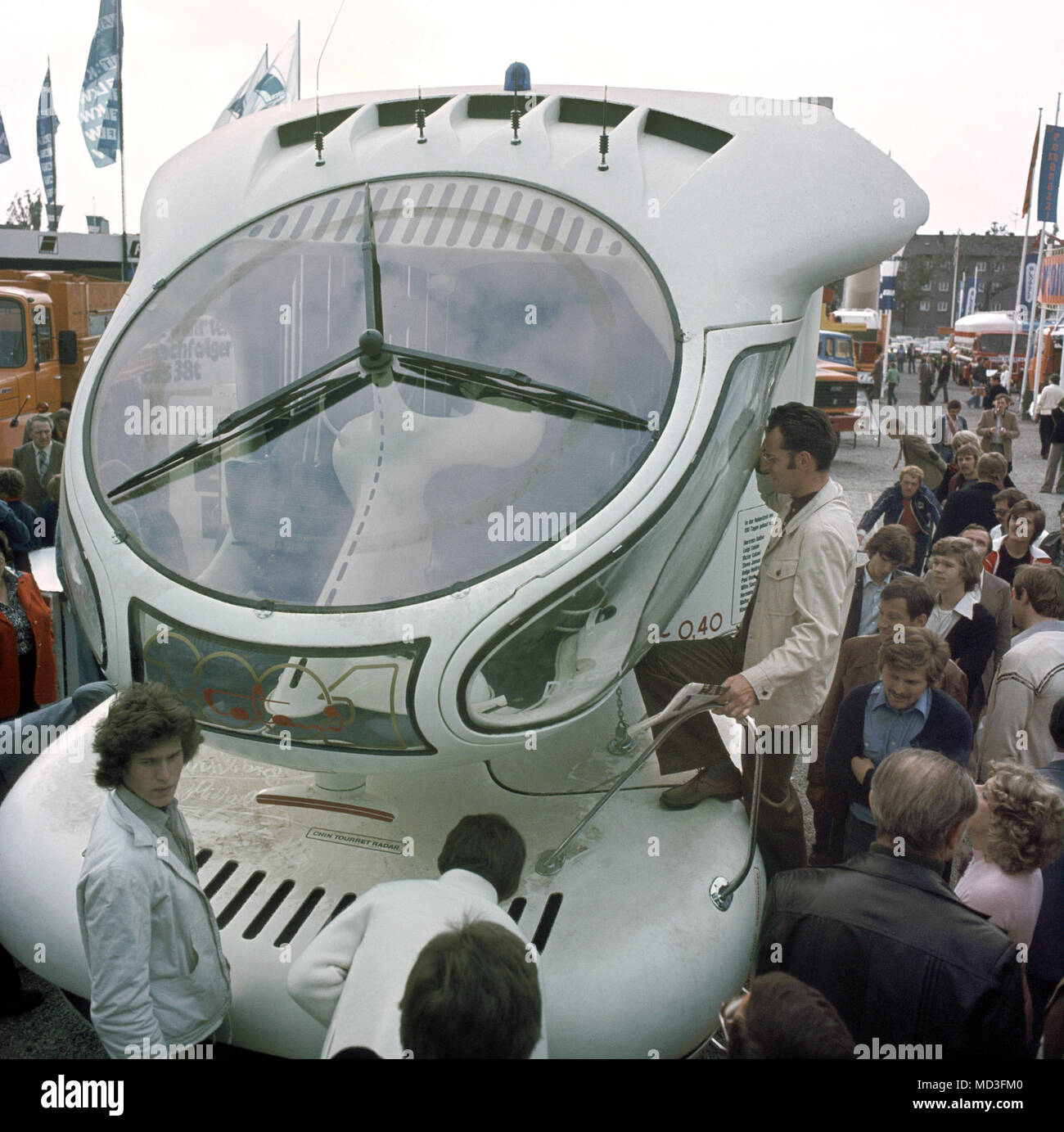 Los visitantes admiran el diseño futurista de un camión diseñado por Luigi Colani en el Salón Internacional del Automóvil IAA en Fráncfort del Meno en 1977. Foto: Manfred Rehm (c) dpa - Report   uso en todo el mundo Imagen De Stock