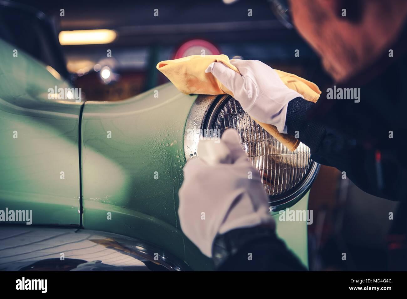 Retro coche detallando. Limpieza de coches clásicos por vehículo profesional limpiador. Imagen De Stock