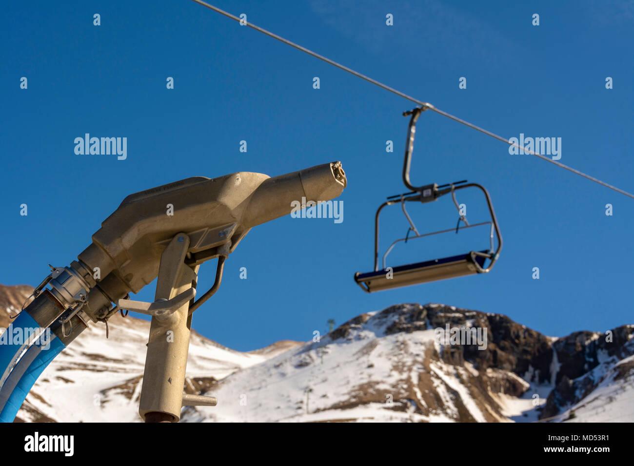 Telesilla y la falta de nieve en una estación de esquí de la región de Auvernia, Auvergne, Francia Imagen De Stock