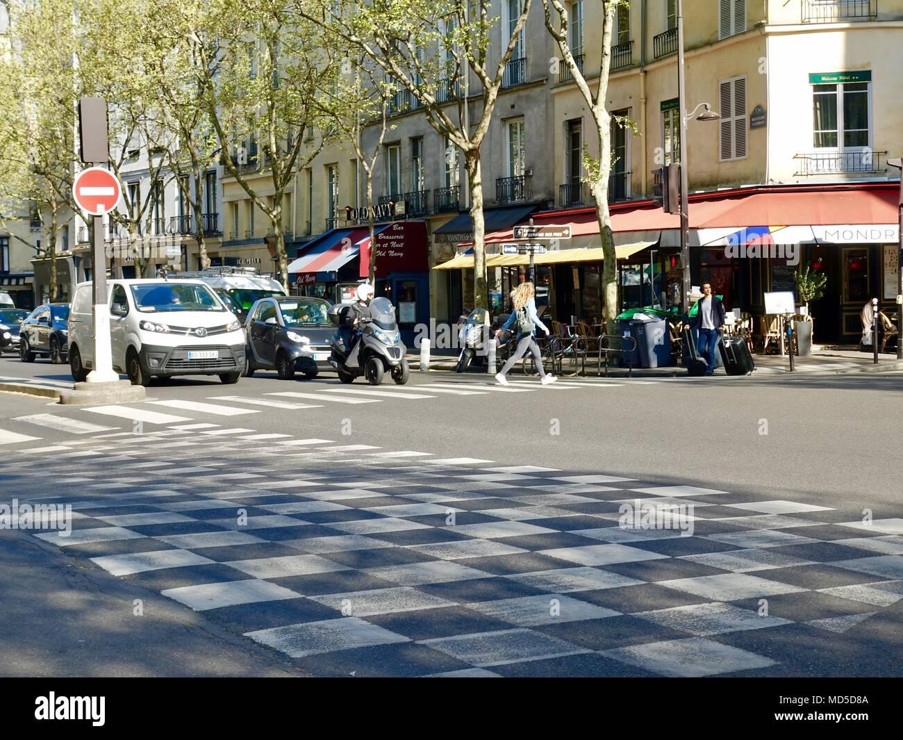 Ir cada mañana al trabajo en el bulevar Saint-Germain. Los peatones y automóviles. París, Francia. Imagen De Stock