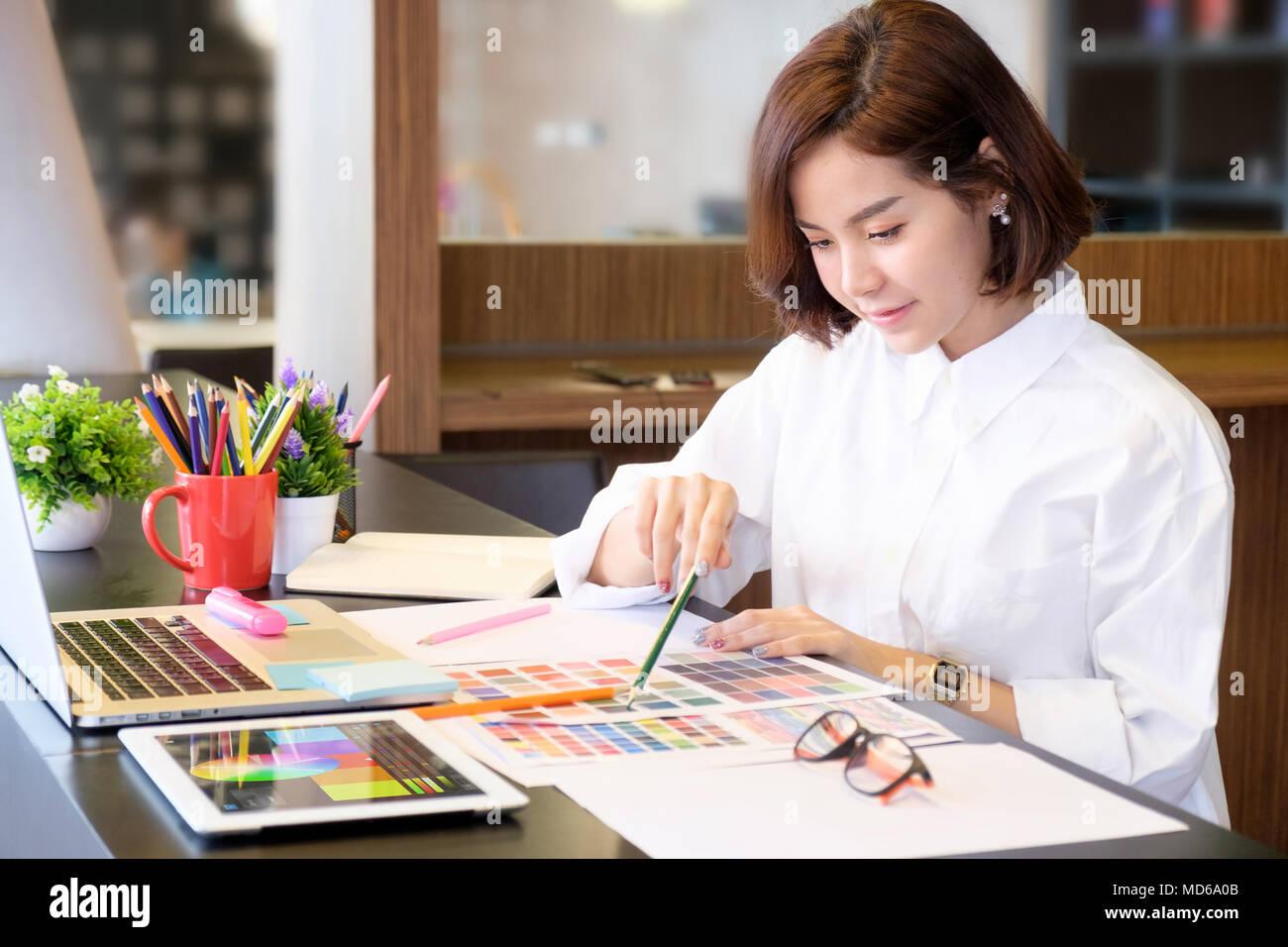 Captura recortada del diseñador gráfico mujer artista creativo en lugar de trabajo. Foto de stock