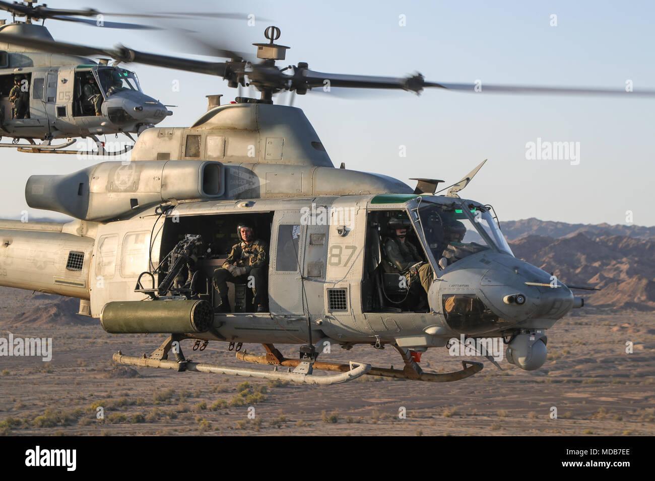 UH-1Ys con armas y tácticas de Aviación Marina Escuadrón de apoyo aéreo se realizó simulacros de combate como parte de armas y tácticas Instructor 2-18 en Yuma, Arizona, el 13 de marzo. El WTI es un evento de capacitación de siete semanas hospedado por MAWTS-1 cadre, que enfatiza la integración operacional de las seis funciones de aviación del Cuerpo de Infantería de Marina en apoyo de una masa de aire marino Task Force y proporciona entrenamiento táctico avanzado estandarizado y certificación de calificaciones de instructor de la unidad de apoyo a la formación y preparación de la Aviación Marina y colabora en el desarrollo de la aviación y empleando armas y tácticas. Foto de stock