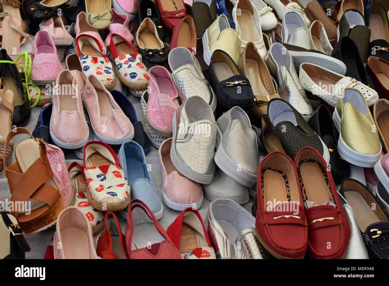 46abab8fad1 Mocasines de mujeres zapatos para la venta en el mercado de la calle. Calzado  casual.