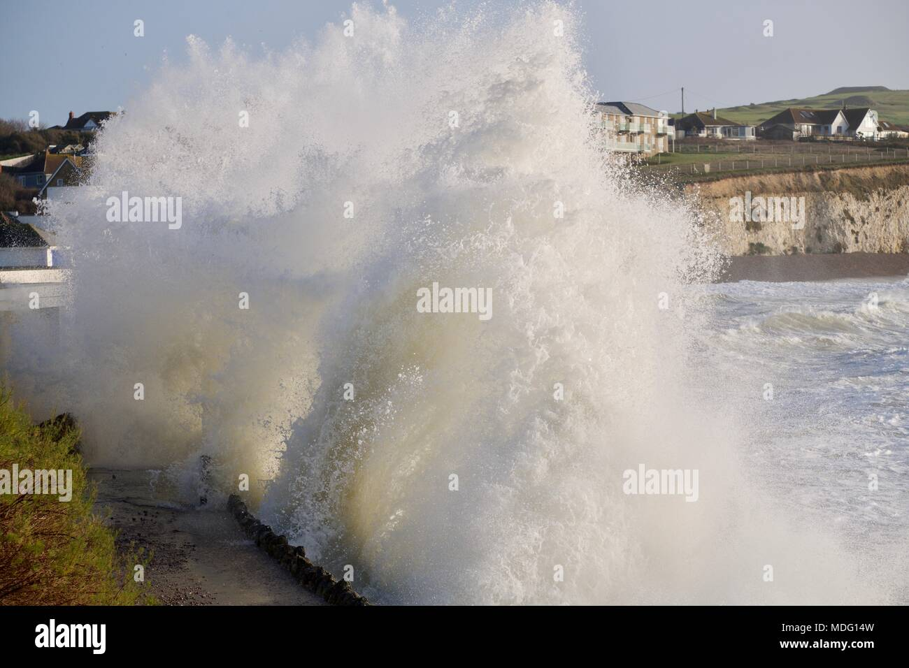 Mar agitado con grandes olas rompiendo sobre las rocas en la Bahía de Agua Dulce, en la Isla de Wight, Reino Unido Foto de stock