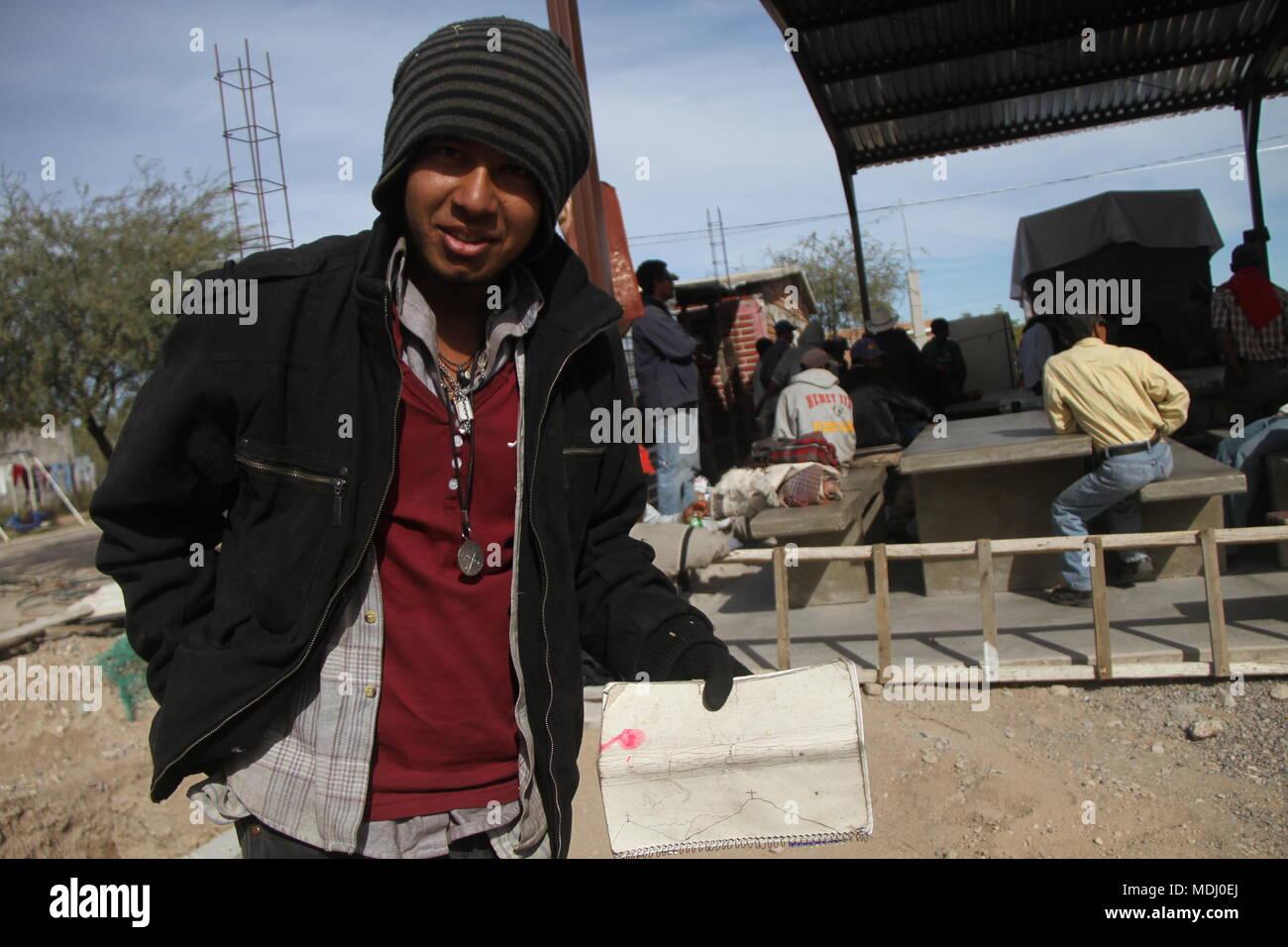 Migrantes Hondureños durante su paso por Hermosillo con rumbo al norte se reúnen en un comedor un punto de medio dÃ-a. .Personal /nortephoto.com,CREDI Foto de stock