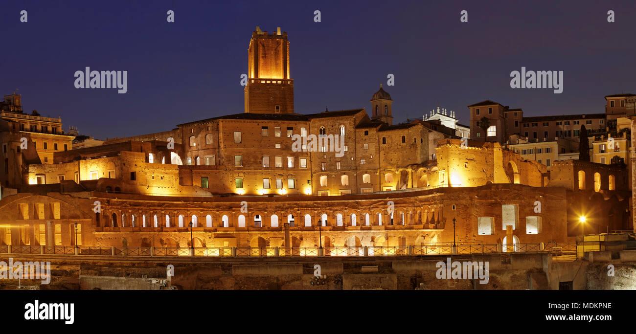 Mercado de Trajano, Torre delle Milizie Torre, Foro de Trajano, el Foro di Trajano, por la noche, Roma, Lazio, Italia Imagen De Stock