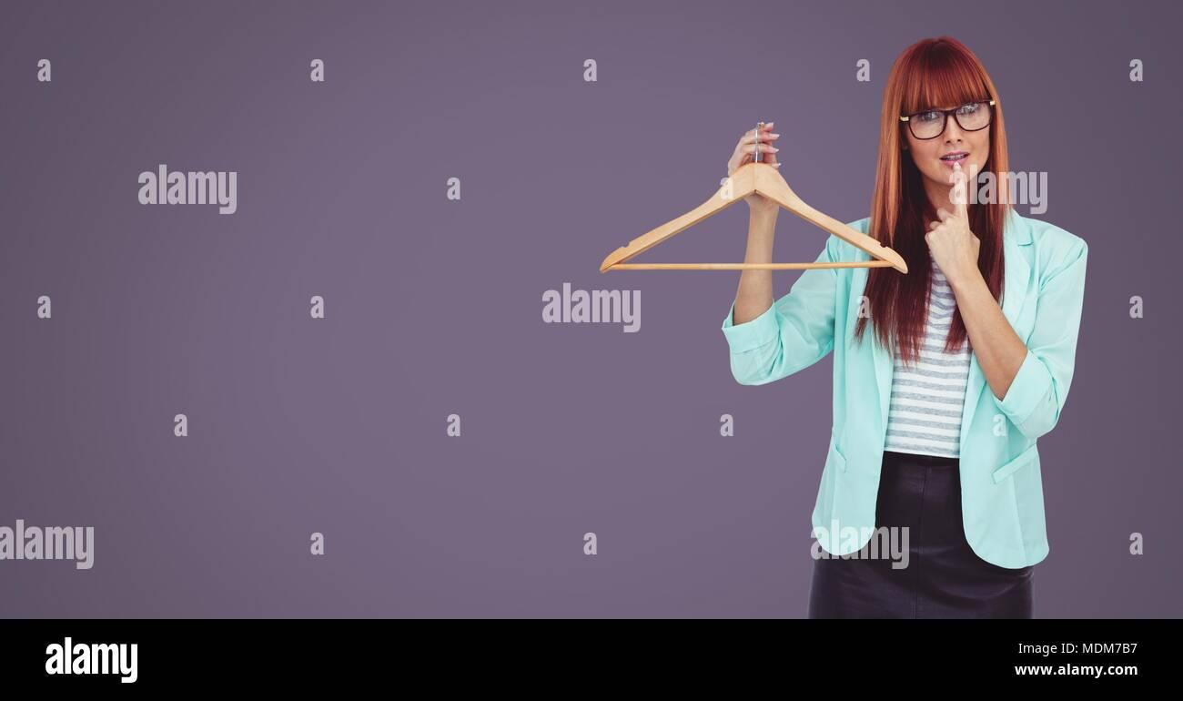 Mujer sosteniendo el pensamiento de percha Foto de stock