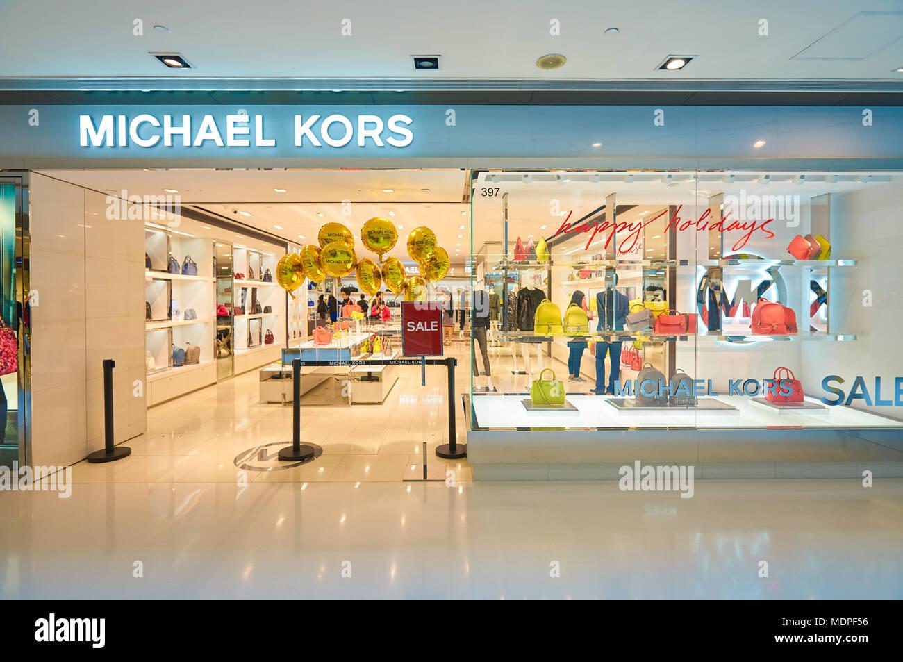 ce93361226 HONG KONG - Diciembre 26, 2015: Michael Kors store en un centro comercial de