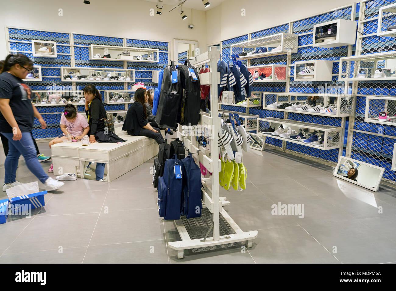 Sentimental Tamano relativo gobierno  BUSAN, COREA DEL SUR - CIRCA mayo, 2017: dentro de la tienda adidas en los  grandes almacenes Lotte en Busan Fotografía de stock - Alamy