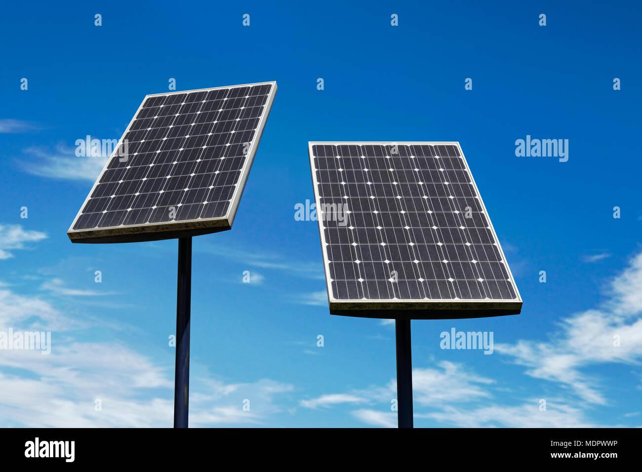 Los pequeños paneles solares contra un cielo azul Imagen De Stock