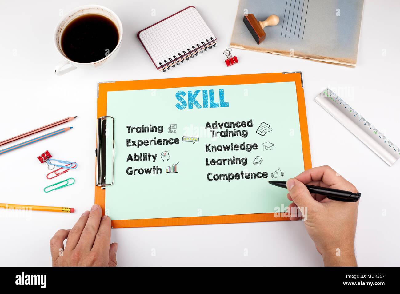 Concepto de habilidades, palabras e iconos. Mesa de despacho con papelería Imagen De Stock