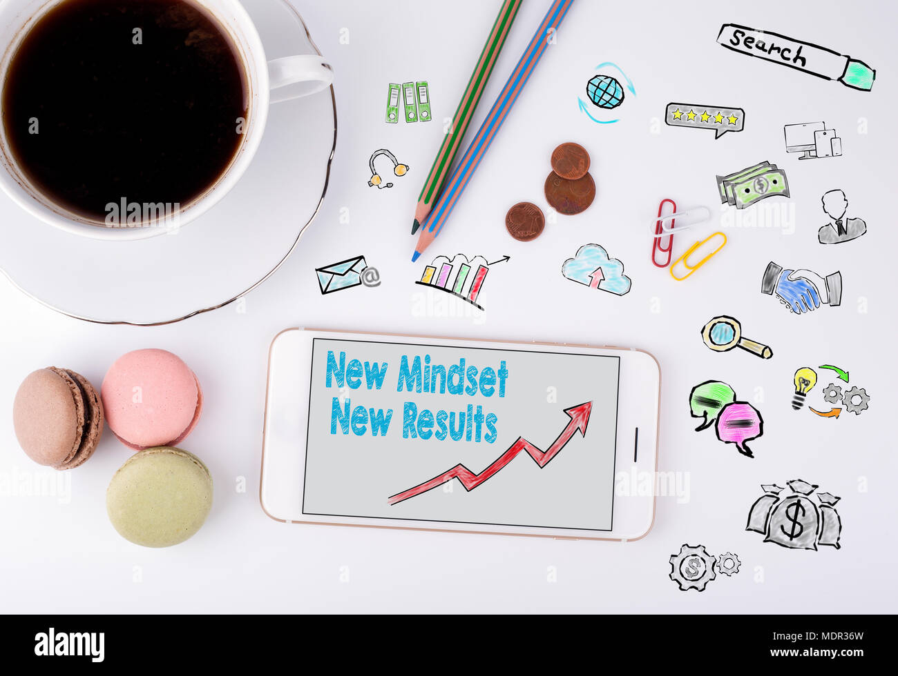 Nueva Mentalidad nuevo concepto de resultados. Teléfono móvil y taza de café en un escritorio de oficina en blanco Imagen De Stock