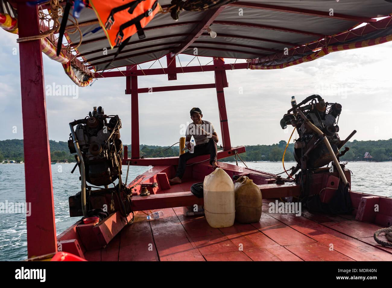 Un primer plano de un motor motor en una canoa, Camboyano con el capitán en la espalda. El capitán teniendo cada día los turistas para un viaje al mar. Koh Rong Samloe Imagen De Stock