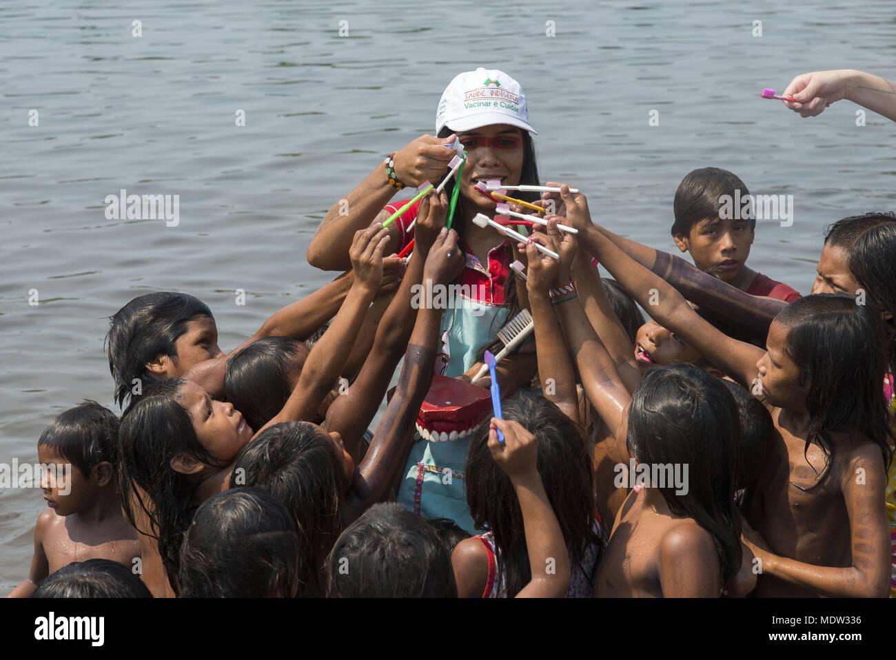 Dentista distribuye para el pueblo Kayapo dentífrico Moikarako niños después de recibir asesoramiento sobre higiene oral y Brazilushing Imagen De Stock