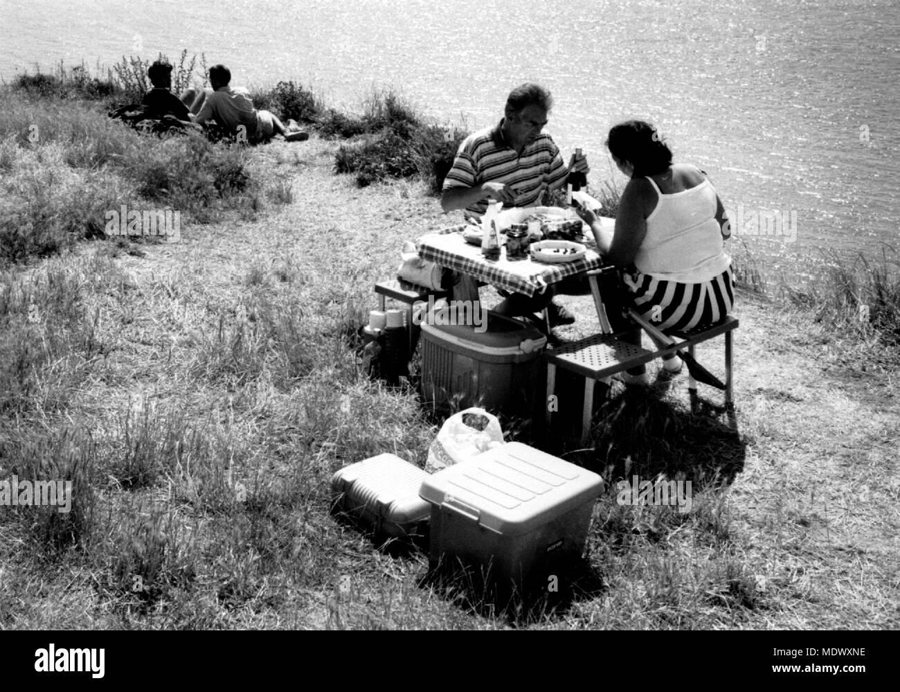 AJAXNETPHOTO. 1996. CAP GRIS NEZ, Pas-de-Calais, Francia. PICNIC en lo alto de un acantilado, en agosto. Foto:Jonathan EASTLAND/AJAX REF:FRA_PICNIC_CGN_9608 Imagen De Stock