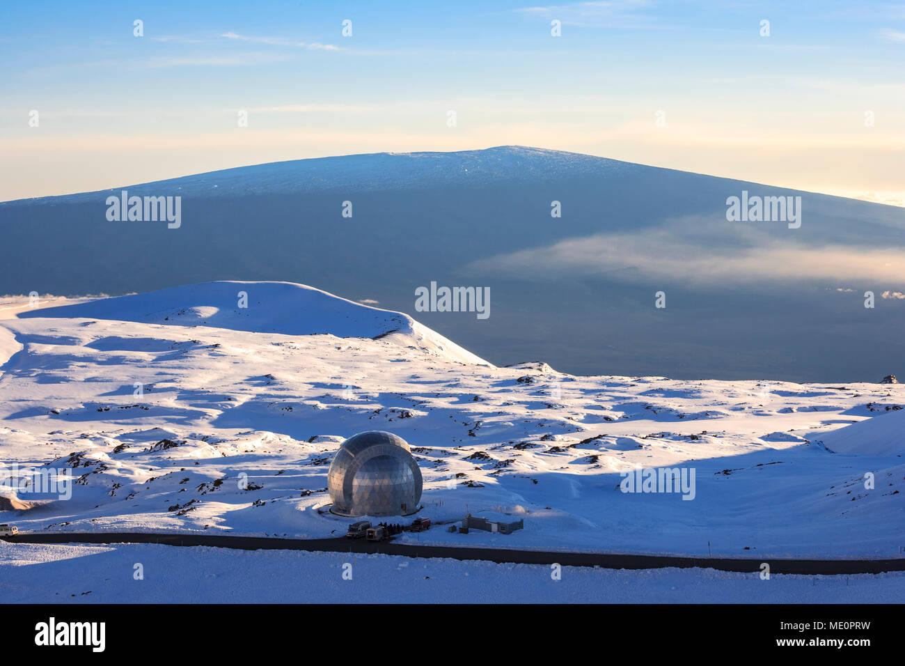 Retirado Caltech submilimétricos en la cima del Observatorio Mauna Kea con vistas a Mauna Loa; Isla de Hawaii, Hawaii, Estados Unidos de América Foto de stock