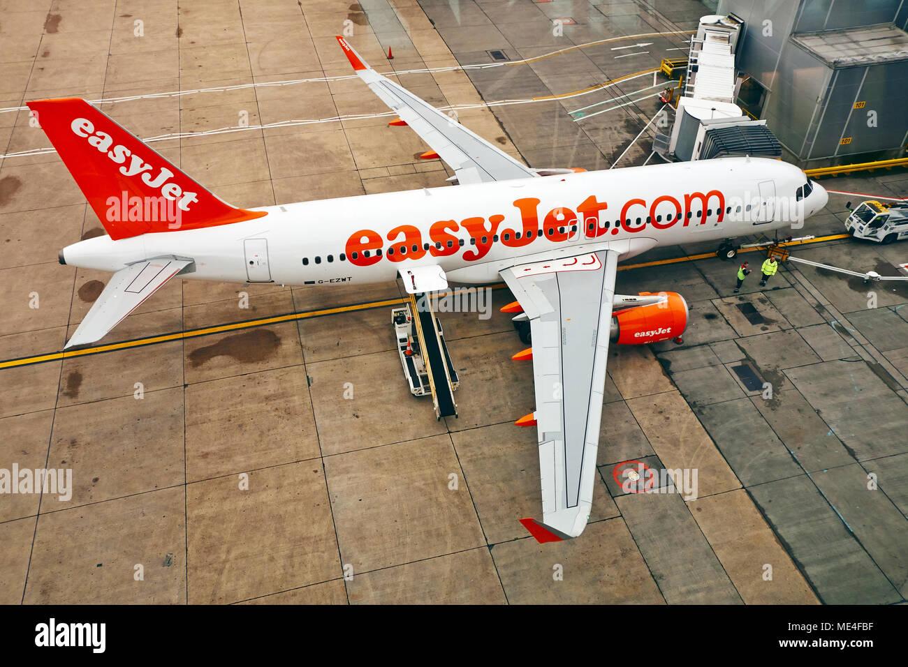 Un avión de pasajeros que Easy jet acoplado a un aeropuerto stand. Foto de stock