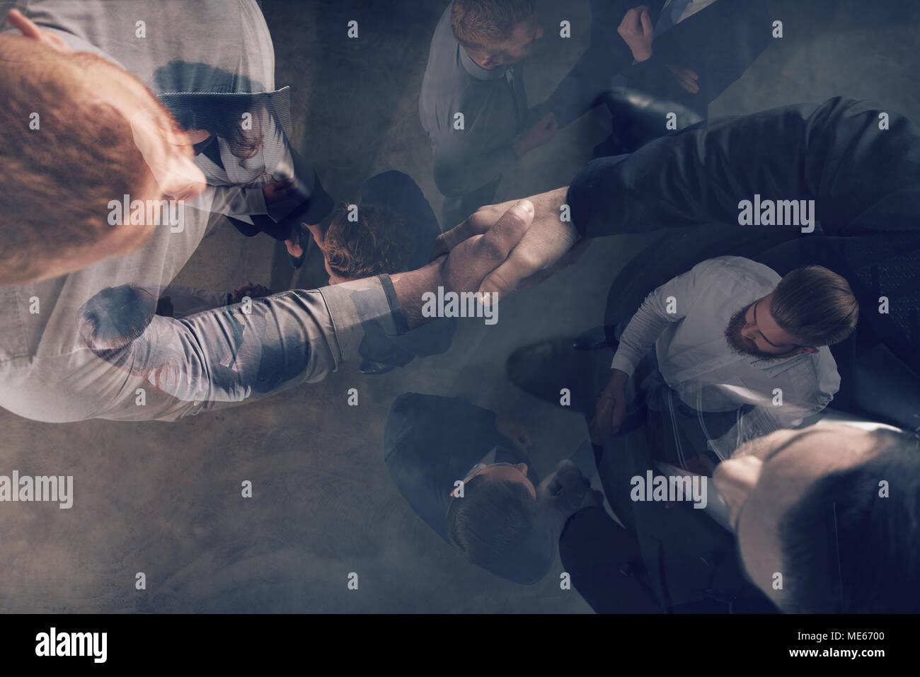 Handshaking persona de negocios en la oficina. El concepto de trabajo en equipo y colaboración con doble exposición. Imagen De Stock