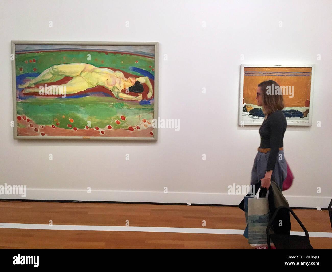 19 de abril de 2018, Suiza, Ginebra: una mujer en la inauguración de la exposición de Hodler en el Musee d'Art et d'Histoire. La pintura de la mujer acostada se titula 'Le Dese' (deseo) y data de 1908. Foto: Christiane Oelrich Crédito/dpa: dpa picture alliance/Alamy Live News Foto de stock