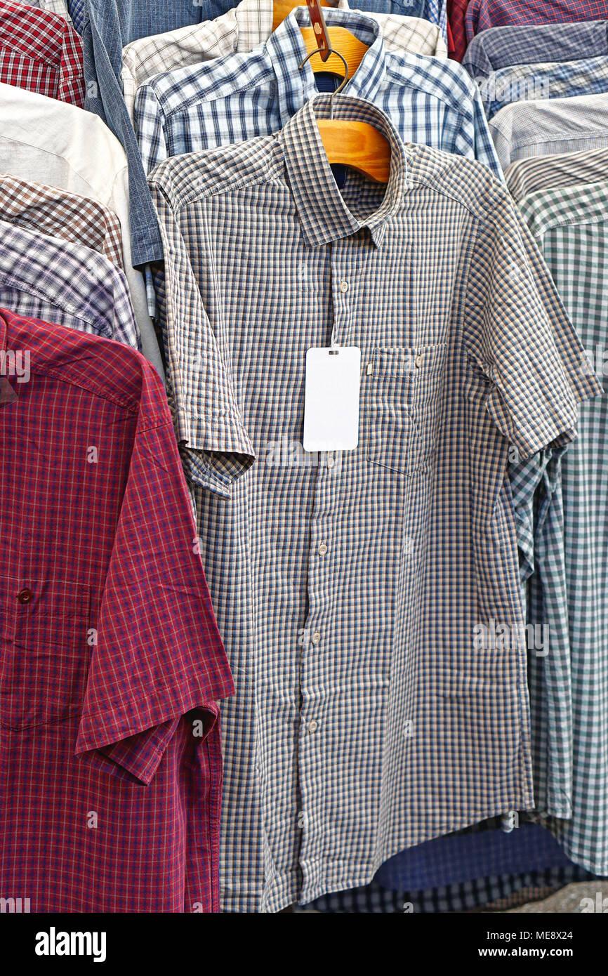 Camisas casuales de manga corta en perchas Imagen De Stock