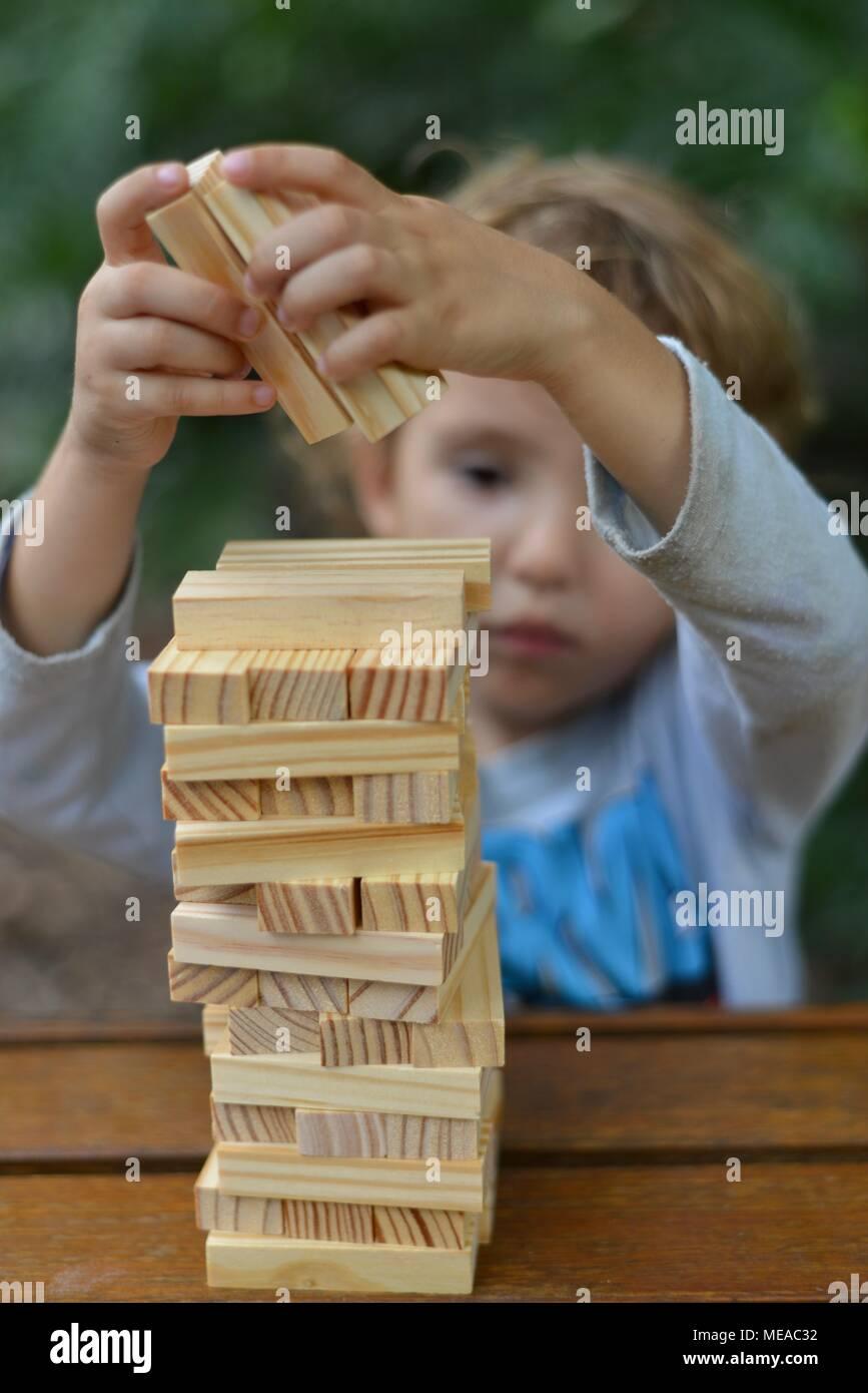 Lindo niño jugando con bloques de construcción y desarrollo de las habilidades motoras finas y la solución de problemas, Townsville Queensland, Australia Imagen De Stock