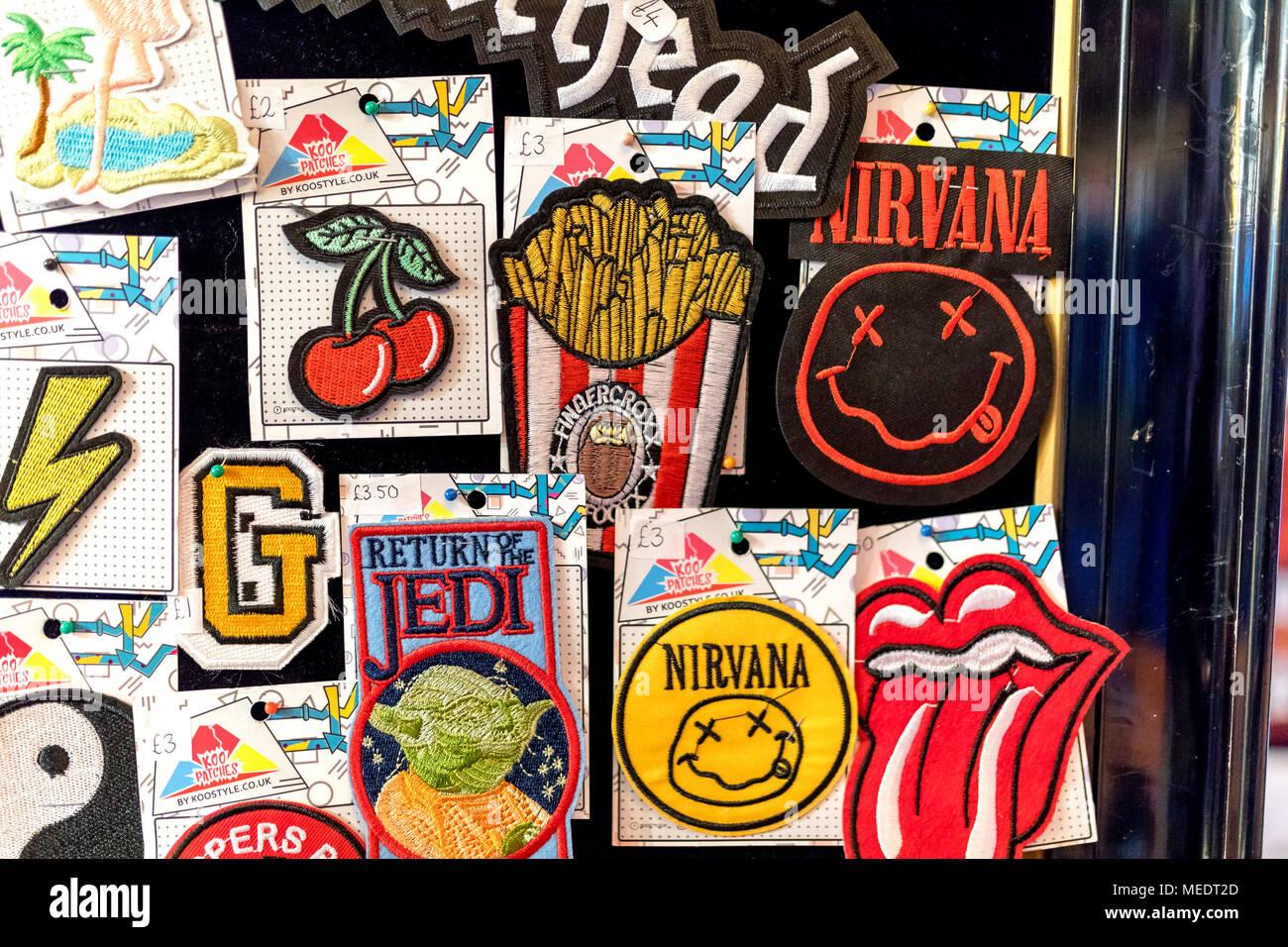 Vintage bordada Punk Rock Metal Banda de Música Indie coser el hierro en parches en la pantalla en el Reino Unido incluyendo Motorhead, ACDC, Nirvana, Rolling Stones y R Imagen De Stock