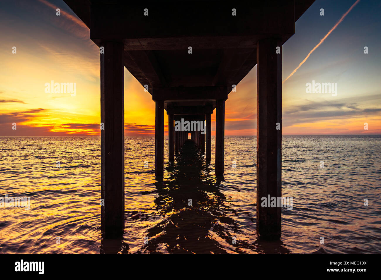 Increíble puesta de sol vista desde debajo del embarcadero de Brighton, Australia del Sur Imagen De Stock