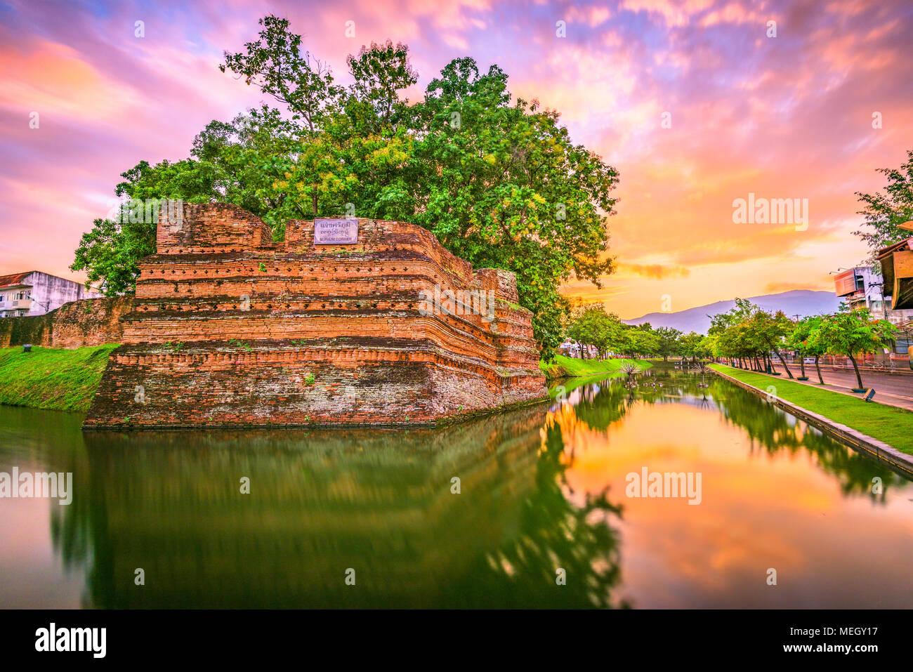 Chiang Mai, Tailandia ciudad vieja antigua muralla y foso al anochecer. Imagen De Stock