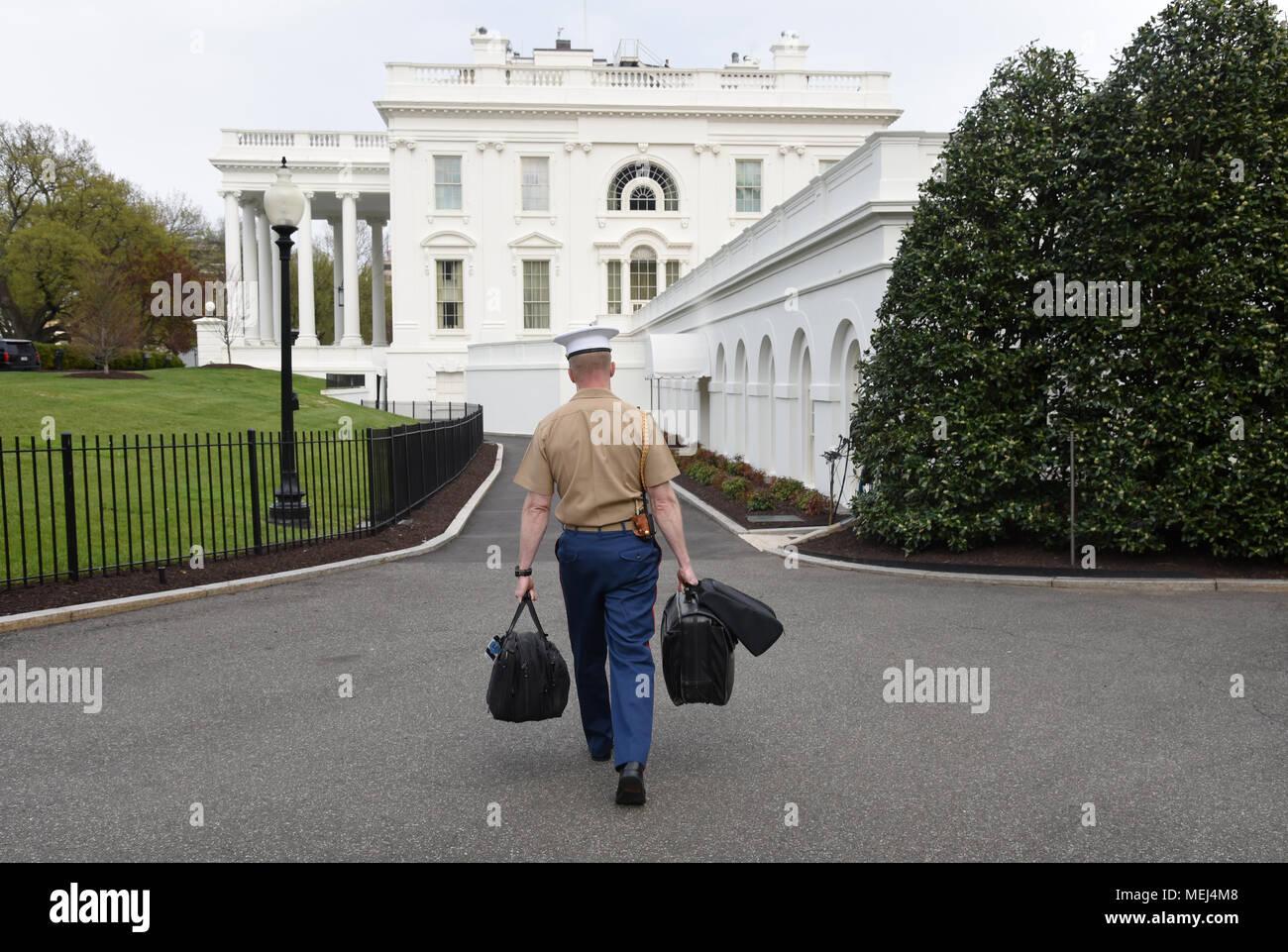 1f5f214e Un marine estadounidense lleva los códigos nucleares a la Casa Blanca ...